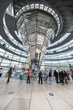 BERLINO, GERMANIA - 26 SETTEMBRE 2012: Dentro della cupola dell'edificio di Reichstag a Berlino, la Germania Fotografia Stock