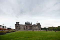 BERLINO, GERMANIA - 25 SETTEMBRE 2012: Edificio di Reichstag a Berlino, Germania Area verde in priorità alta Fotografie Stock