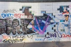 BERLINO, GERMANIA - 15 SETTEMBRE: Graffiti di Berlin Wall veduti il 15 settembre 2014, Berlino, galleria del lato est ` s un 1 3 Fotografia Stock Libera da Diritti