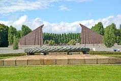 Berlino, Germania Una ciotola per fuoco contro lo sfondo del portale sotto forma di insegne del granito Il memoriale militare sov Immagini Stock