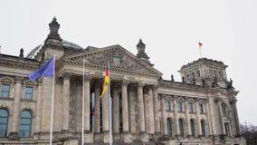 berlino germany Il Parlamento del Bundestag e della bandiera tedesca di sviluppo stock footage