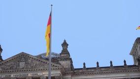 berlino germany Il Parlamento del Bundestag e della bandiera tedesca di sviluppo video d archivio