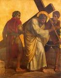 Berlino - la pittura sul di piastra metallica - Simon degli aiuti Gesù di Cyrene porta l'incrocio Fotografie Stock Libere da Diritti