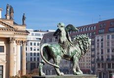 Berlino - la scultura bronzea da Christian Friedrich Tieck 19 centesimo davanti all'edificio di Konzerthaus Fotografia Stock Libera da Diritti