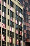 berlino 06/14/2008 Una facciata di una costruzione con le stampe fotografiche immagini stock
