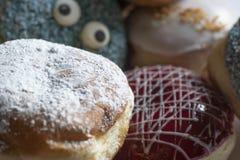 Berlinois fraîchement cuit au four délicieux avec de divers écrimages photo stock