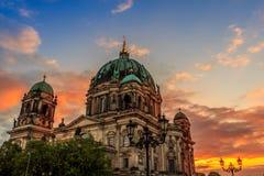 Berlins domkyrkasolnedgång Arkivfoton