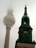 Berlins Fernsehturm und -Kirchturm Stockbilder