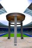 Berlins Olympia Stadium und der olympische große Kessel Lizenzfreie Stockfotos