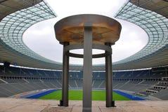 Berlins Olympia Stadium und der olympische große Kessel Stockbild