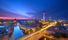 Berlińska linii horyzontu miasta panorama z niebieskie niebo zmierzchem i ruch drogowy - sławny punkt zwrotny w Berlin, Niemcy, E Zdjęcia Stock