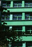 berlitz 06/14/2008 与一个绿色门面的一个现代大厦 库存照片