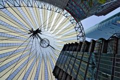 berlitz 06/14/2018 索尼中心的现代建筑学波茨坦广场的 免版税库存图片