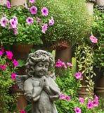 Berlockängelskulptur med blomman Royaltyfri Foto