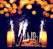 Beröm födelsedagkaka med stearinljus Royaltyfri Bild