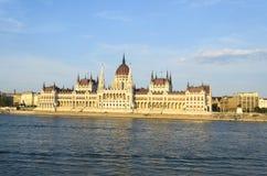 Berömd byggnad av den ungerska parlamentet längs Danubet River i Budapest Royaltyfri Bild