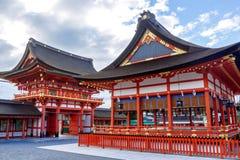 berömd för japan för rävfushimiinari för kyoto kitsune taisha för statyer för relikskrin för shinto för prefecture budbärare berö Royaltyfria Foton