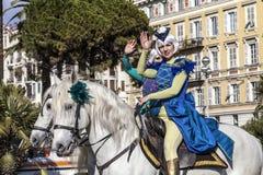 Berömd karneval av Nice, blomma`-strid Två amasoner som rider två vita hästar Arkivfoto