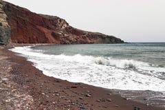 berömd röd santorini för strand Royaltyfri Fotografi