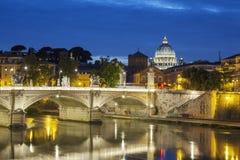 Berömd sikt av Rome vid natt Arkivbild