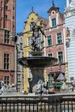 Berömd springbrunn av Neptun i gammal stad av Gdansk, Polen Fotografering för Bildbyråer