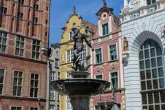 Berömd springbrunn av Neptun i gammal stad av Gdansk, Polen Arkivbilder