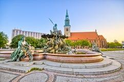 Berömd springbrunn på Alexanderplatz i Berlin, Tyskland Royaltyfri Bild