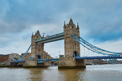 Berömd tornbro i aftonen Royaltyfri Foto