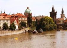 Berömda Charles Bridge och torn, Prague Arkivbilder