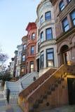 Berömda New York City rödbruna sandstenar i utsikthöjdgrannskap i Brooklyn Arkivbild
