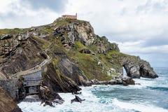 Bermeo, Paese Basco, Spagna: Monastero di San Juan de Gaztelugatxe fotografia stock libera da diritti