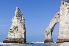 Berömt vaggar på stranden av Etretat Arkivfoton