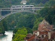 Bern, Швейцария 08/02/2009 Мост церков с трамваем стоковое изображение