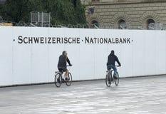 Bern, Швейцария - 4-ое июня 2017: Велосипедисты приближают к национальному банку Стоковая Фотография RF
