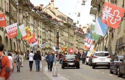Bern, Швейцария - 4-ое июня 2017: Люди в старом центре города  Стоковая Фотография