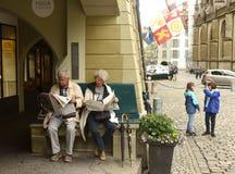 Bern, Швейцария - 4-ое июня 2017: Люди в старом центре города  Стоковые Фотографии RF