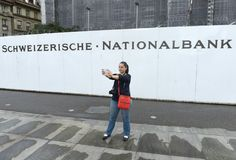 Bern, Швейцария - 4-ое июня 2017: Молодая женщина делает selfie близко Стоковые Фото