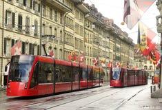 Bern, Швейцария - 4-ое июня 2017: Трамвай в старом центре города  Стоковые Фото