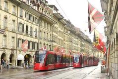 Bern, Швейцария - 4-ое июня 2017: Трамвай в старом центре города  Стоковая Фотография