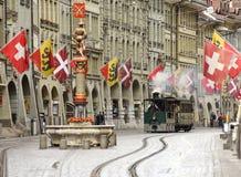 Bern, Швейцария - 4-ое июня 2017: Трамвай пара Bern в старом городе c Стоковые Фотографии RF