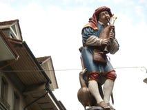 Bern, die Schweiz 08/02/2009 Bunte Statue mit Dudelsackspiel lizenzfreie stockfotografie