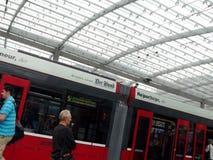 Bern, die Schweiz 08/02/2009 Passagier an der Tramstation lizenzfreies stockfoto