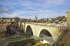 Bern Nydeggbruecke bro över floden Aare Arkivbilder