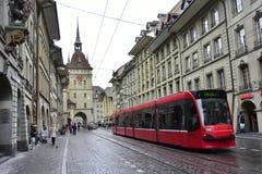 Bern Prison Tower mit einem roten Straßenauto Lizenzfreies Stockbild