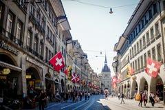 BERN SCHWEIZ - MAJ 26, 2017: En härlig shoppinggata på den medeltida staden av Bern Arkivbilder