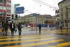 Bern Szwajcaria, Sierpień, - 30,2017: Uliczny życie z ludźmi chodzi na drodze zdjęcie royalty free