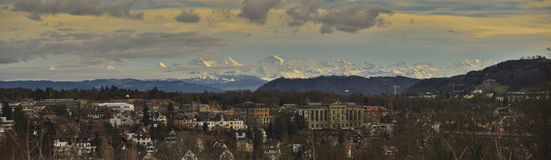 Bern und Alpen auf Sonnenuntergang Stockfoto