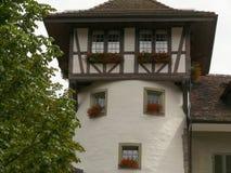 Bern, Zwitserland 08/02/2009 Huis met cirkelfaade en wind stock foto's