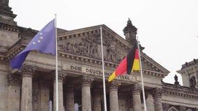 berna Γερμανία Το Κοινοβούλιο της Ομοσπονδιακής Βουλής και της αναπτυσσόμενης γερμανικής σημαίας απόθεμα βίντεο