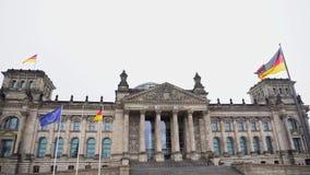 berna Γερμανία Το Κοινοβούλιο της Ομοσπονδιακής Βουλής και της αναπτυσσόμενης γερμανικής σημαίας φιλμ μικρού μήκους